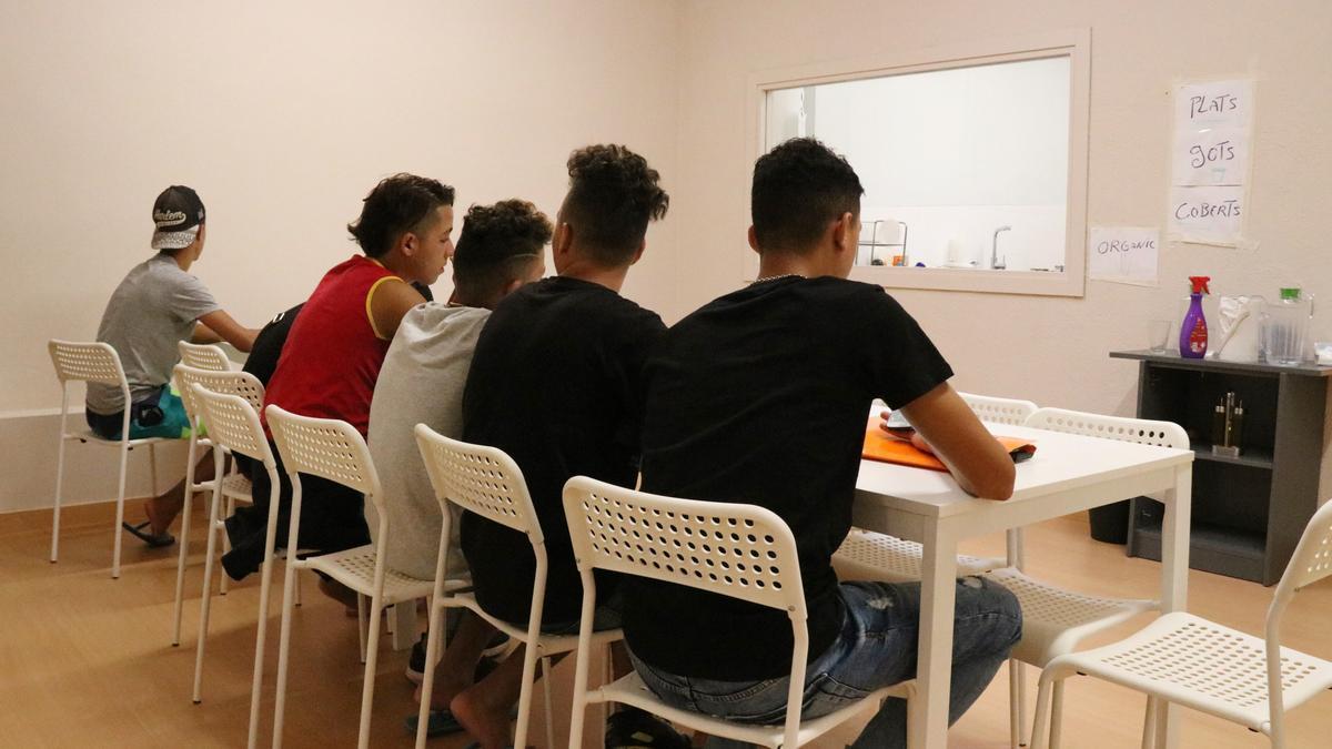 Un grup de menors en un centre d'acollida de Badalona el 2018.