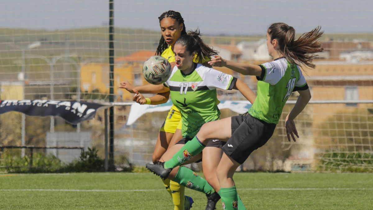 Salma, Elena Redondo (bajas ambas este domingo) y Elsa Guerra durante el partido jugado en Cáceres.