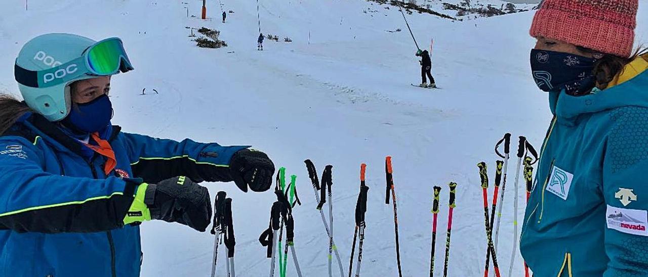 Carolina Ruiz, a la izqierda, da indicaciones a la joven esquiadora Alejandra Riesgo.   Peñanevares