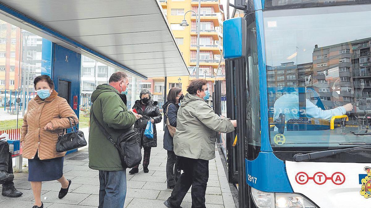 Pasajeros subiendo a un autobús urbano en Avilés.