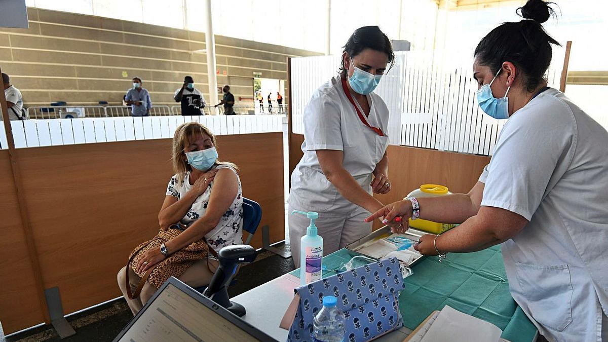 Vacunación de personas entre 40 y 49 años en el recinto ferial. |   // G. SANTOS