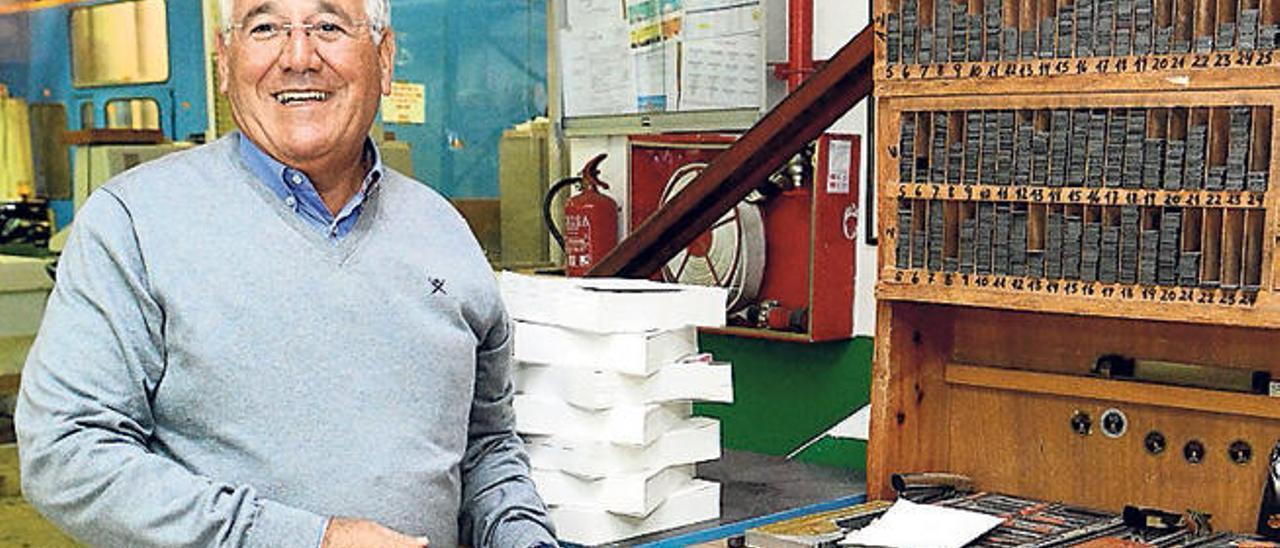 Antonio González, ayer en su empresa con una caja de tipos antigua.