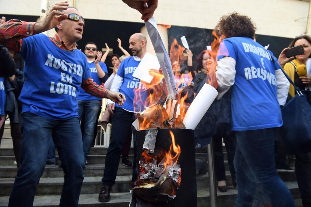 Funcionarios de Xustiza queman nóminas en A Coruña