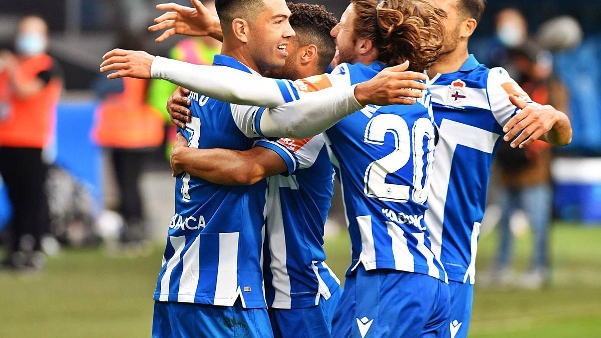 Los jugadores deportivistas se abrazan tras el gol de Miku al Numancia el domingo en Riazor. |  // VÍCTOR ECHAVE