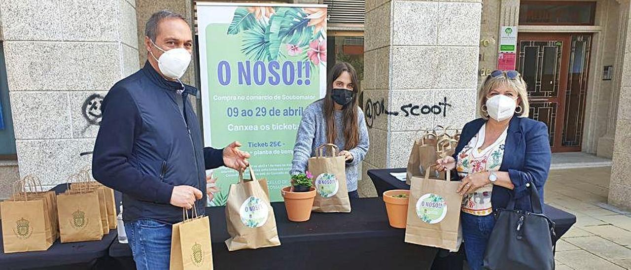 Agustín Reguera y Cristina González, en la entrega de plantas.
