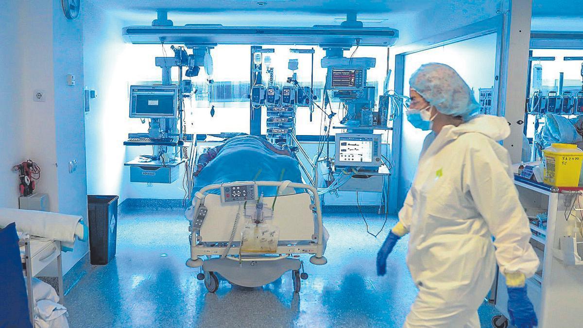 Trabajadores de la UCI en el Hospital Puerta del Hierro de Madrid.