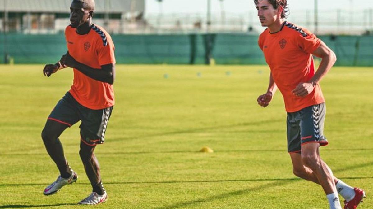 Nuke Mfulu, junto a Pere Milla, durante un entrenamiento. | SONIA ARCOS / E.C.F.