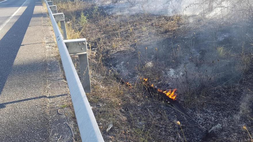 Un incendio en la mediana corta un carril del Corredor do Morrazo