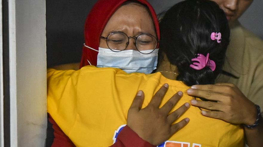 Al menos seis personas fallecen al hundirse un transbordador en Indonesia