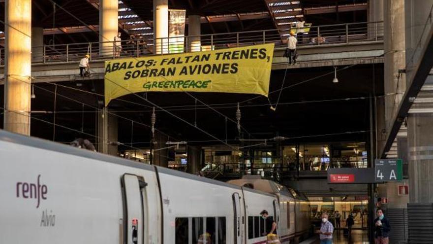 Greenpeace despliega una pancarta gigante en Atocha