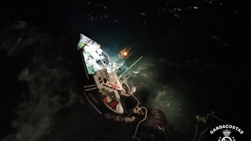 Un muerto al embarrancar un barco en Porto do Son