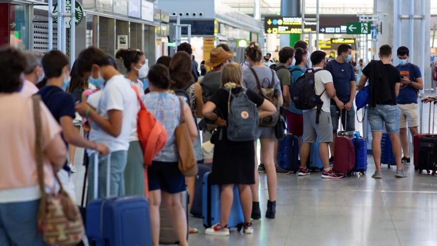 La llegada de turistas a España se hundió un 75% en julio y el gasto más del 79%