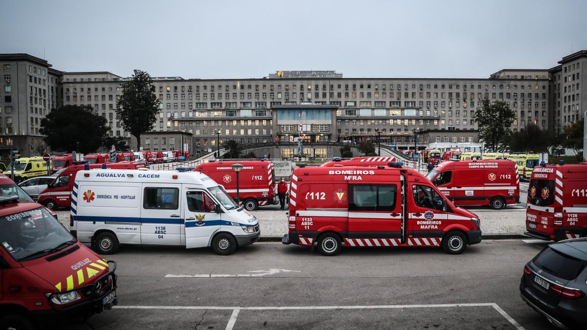 Una fila de ambulancias a las puertas de un hospital portugués.