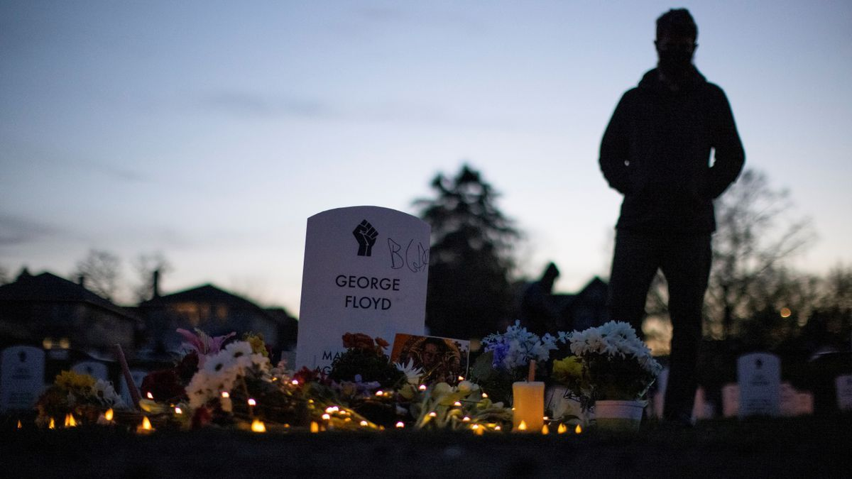 Flores en la tumba de George Floyd tras la lectura del veredicto del jurado