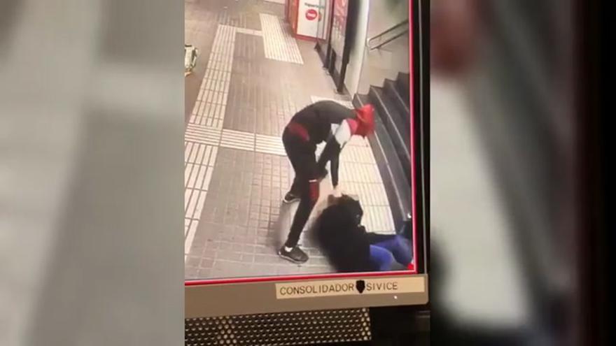 Brutal agresión de un joven a una mujer para robarle el bolso en el metro de Barcelona