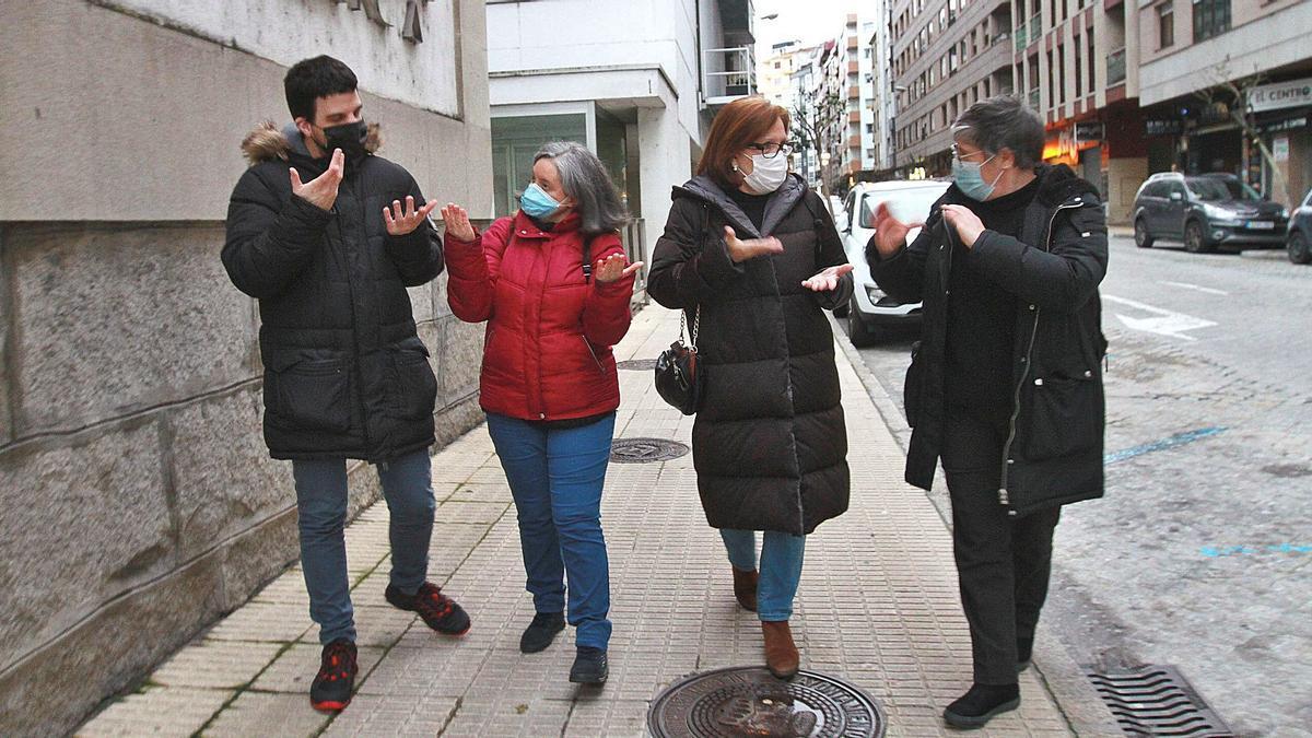 Martín Becerra.  presidente de Apsou,  Soledad y Esther, ante el centro de salud de Valle Inclán con una compañera.   | // IÑAKI OSORIO
