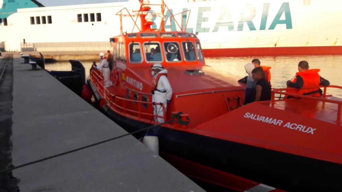 Los quince inmigrantes han sido trasladados al puerto de Palma por Salvamento Marítimo