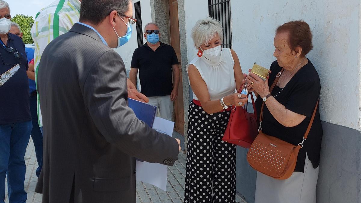 El alcalde de Belalcázar enseña una de las piedras de la memoria a una hermana de uno de los deportados.