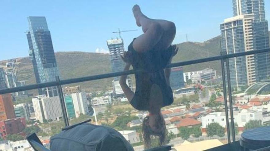 Una joven cae desde un quinto piso mientras practicaba yoga
