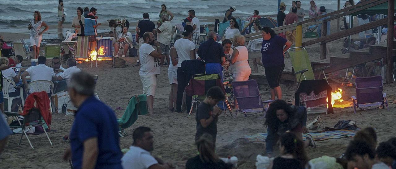 Una imagen de la fiesta del fuego, la noche de San Juan, en la playa de Arenales del Sol, en Elche.