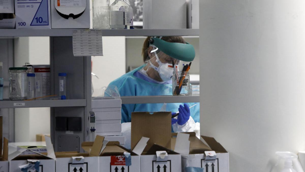 Un científico trabaja en un laboratorio