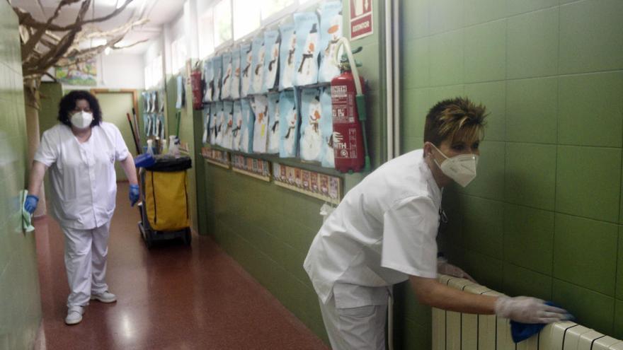 La huelga de las limpiadoras amenaza con dejar sin desinfectar a 48 colegios