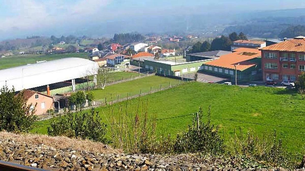 El ámbito incluido en el plan de reforma interior que tramita el Concello de Oza-Cesuras, con la parte trasera del Consistorio al fondo.    // LOC
