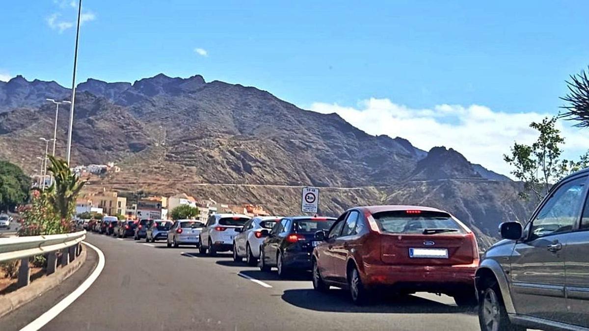 Cola de vehículos para acceder a la playa de Las Teresitas.
