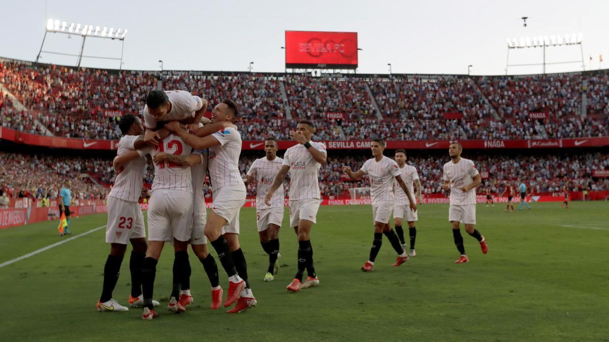 El Sevilla celebra uno de los goles ante el Valencia.