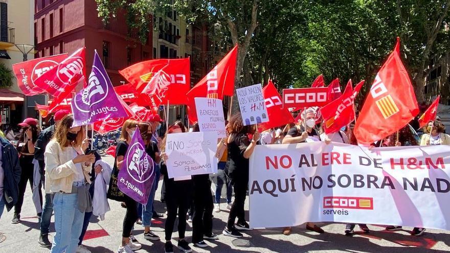 Trabajadores de H&M protestan en Palma por el ERE de la empresa, que no prevé el cierre de dos tiendas en Mallorca