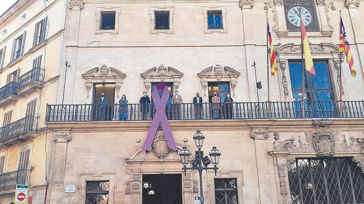 Cort luce la lazada lila en memoria de las víctimas.