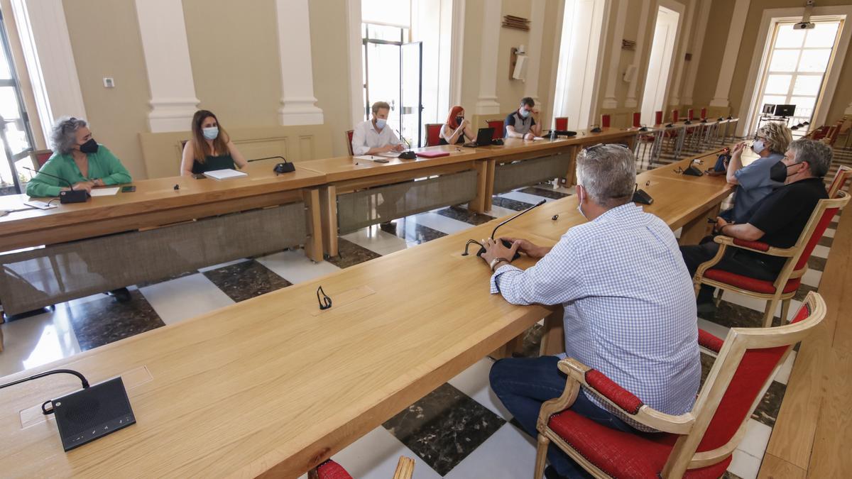 Un momento de la reunión que se celebró la tarde del viernes entre el ayuntamiento y los feriantes.