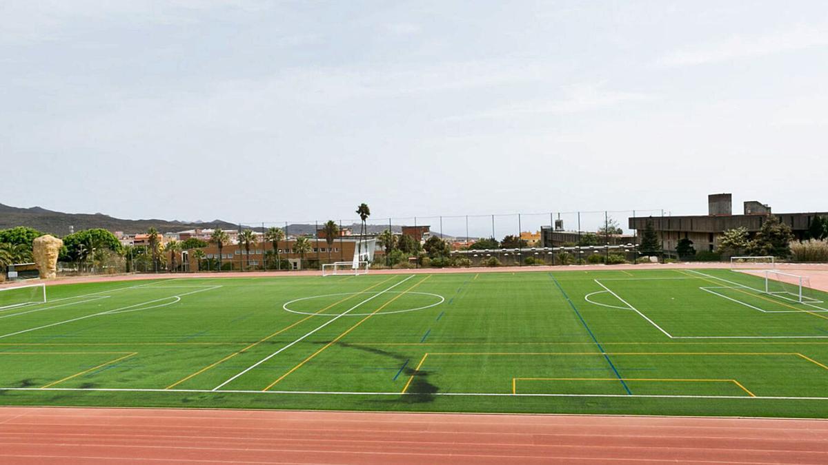 Instalación deportiva central de la Universidad de La Laguna con el campo de Fútbol y la pista de Atletismo. | | E. D.