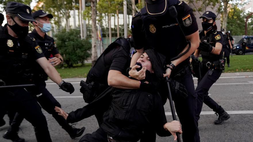 Carga policial en una protesta contra Ayuso en Vallecas