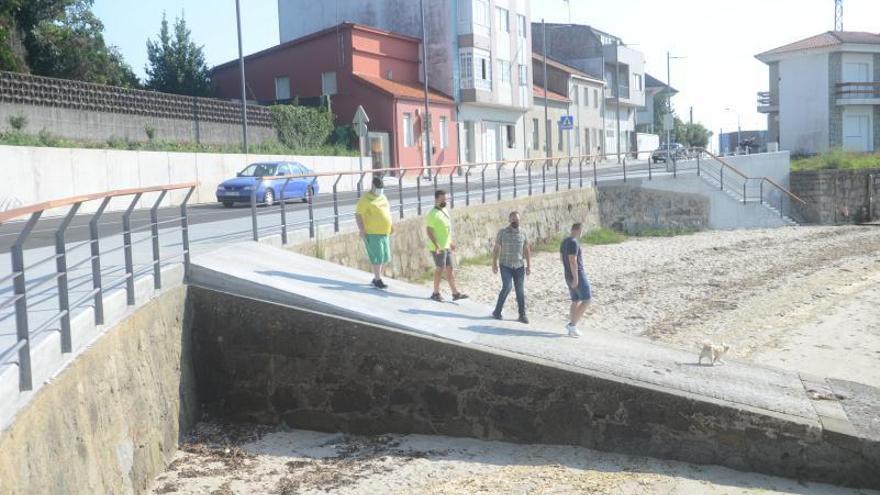 Vecinos de Sobradelo instan al Concello a poner solución a los malos olores de la playa de Canelas