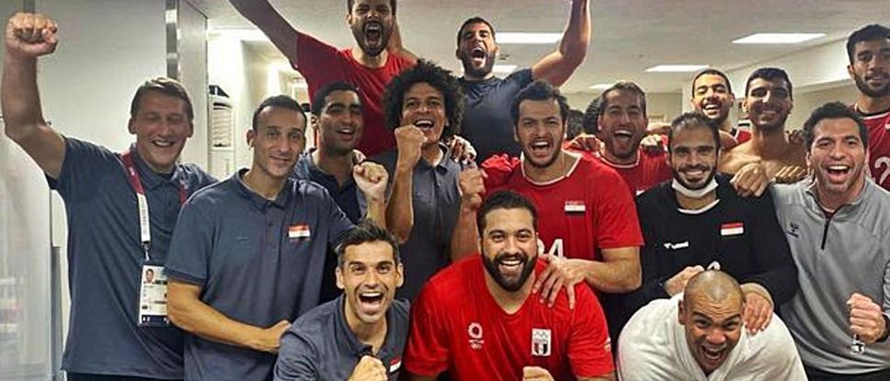 El equipo egipcio celebra su pase a las semifinales, con Antonio Cartón el primero por la izquierda, agachado.