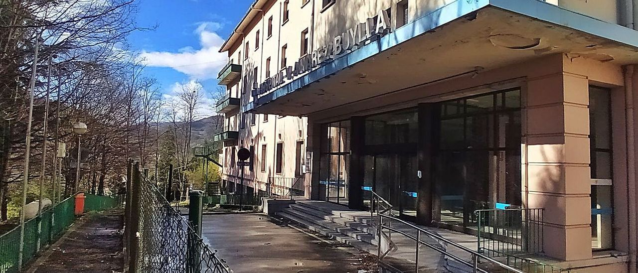 Acceso principal al viejo hospital, con el vallado perimetral en primer término. | D. M.