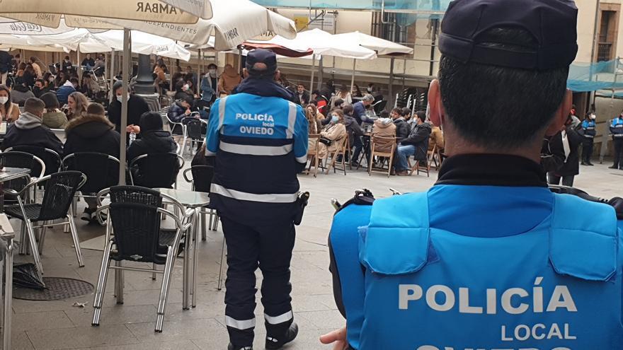 Despliegue policial en las terrazas hosteleras de Oviedo