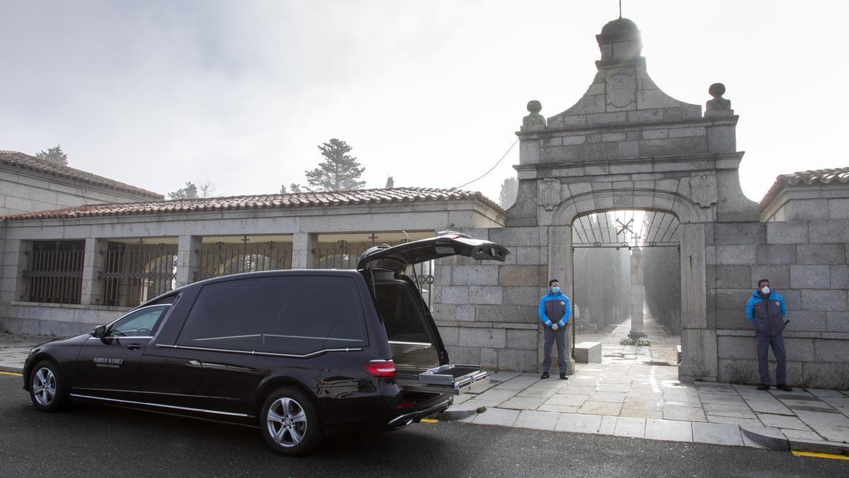 Puerta de entrada del cementerio de Ávila.