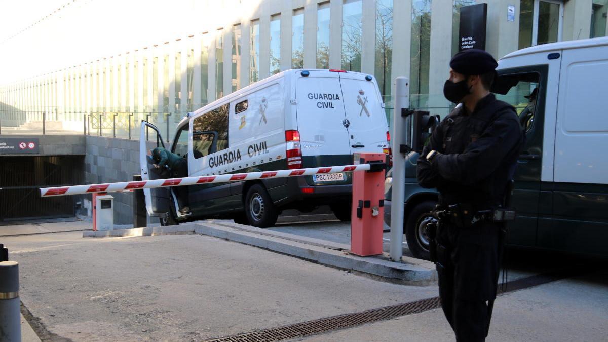 La Guàrdia Civil davant de la Ciutat de la Justícia.