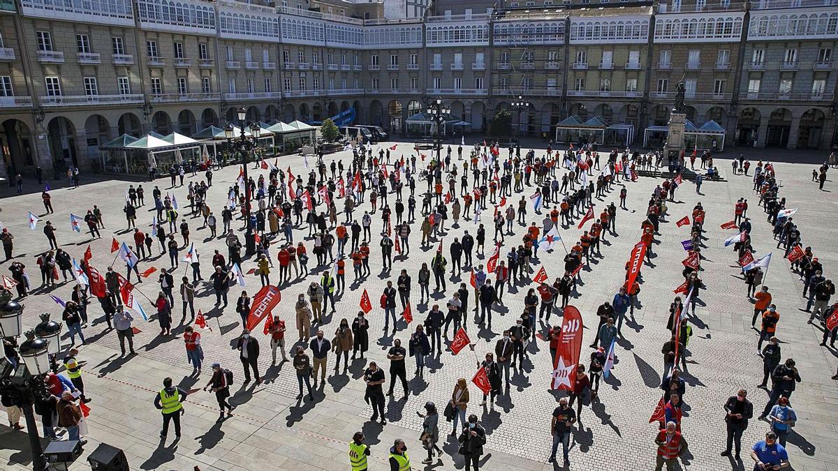 Participantes en la manifestación en la plaza de María Pita, en A Coruña. |   // FDV