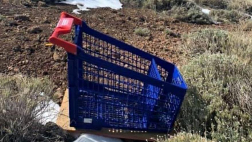 Dejan 'tirado' en el Teide un carro de la compra que usaron de 'trineo'
