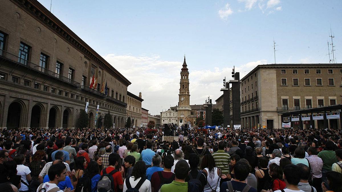 Aspecto que presentaba la plaza del Pilar de Zaragoza el pasado 20 de mayo de 2011, en una multitudinaria asamblea del movimiento 15-M.  | JAIME GALINDO