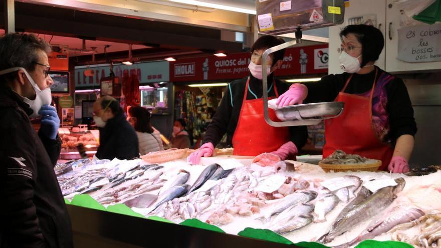 Rebre la compra setmanal de producte fresc a casa per 6 euros: el Mercat del Lleó de Girona s'adapta al confinament