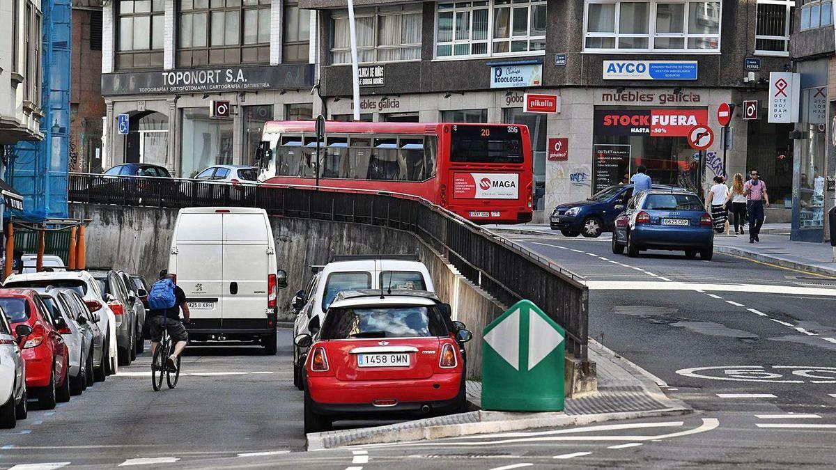 Punto de Juan Flórez donde la calzada pasa a tener diferente nivel. Por el inferior circulará el bus hacia la plaza de Pontevedra.