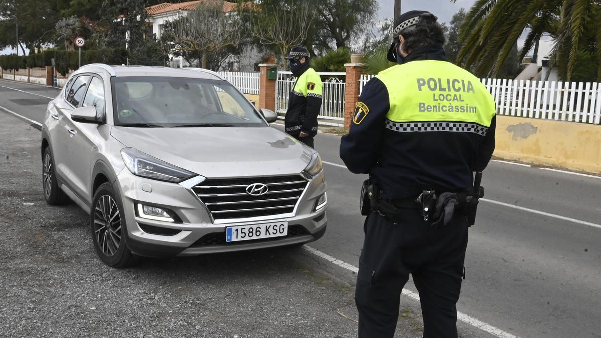 Agentes realizando controles de vigilancia por la limitación de movilidad en Benicàssim.