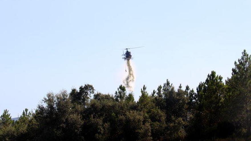 29 dotacions dels bombers treballen en un incendi forestal a Caldes de Malavella