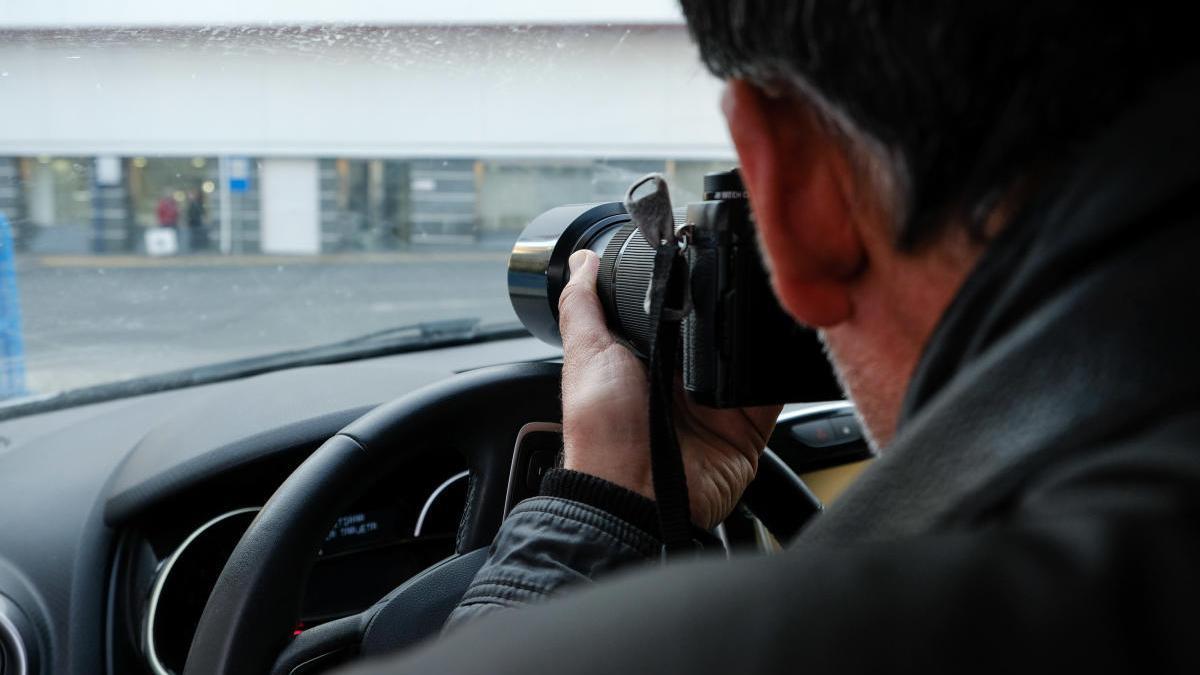 Un detective privado realizando una vigilancia en una foto de archivo.