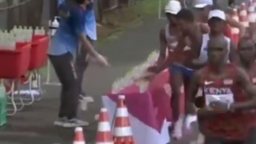 Vídeo: ¿Un avituallamiento antideportivo en el Maratón de Tokio?