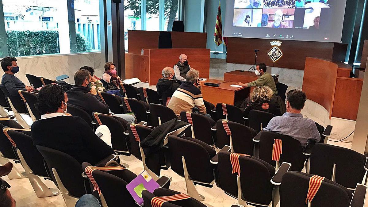 Imagen de la reunión, que se celebró en la sala de plenos del Consell de Eivissa.   CIE